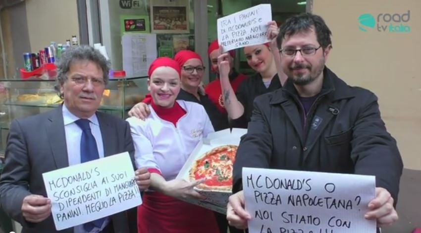 McDonald's Vs Pizza: un sit-in con le pizze davanti al fast food (VIDEO)