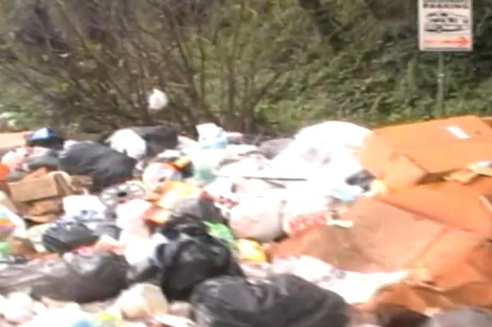 Arzano, montagne di rifiuti sotto la Circumvallazione esterna