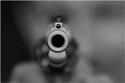 Punta una pistola giocattolo ad un commerciante per rubare uno shampoo