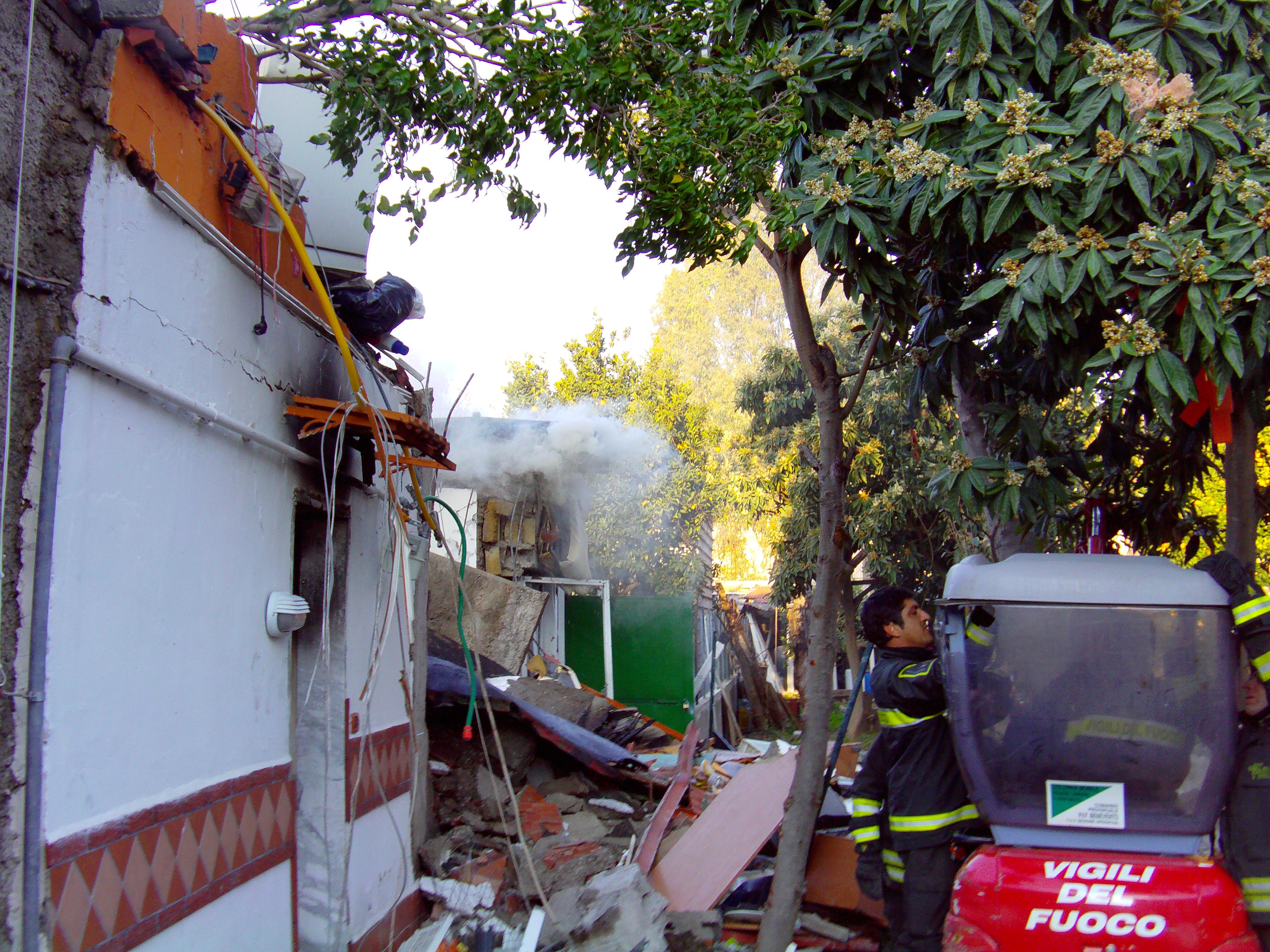 Esplosione a Fuorigrotta in Via Consalvo. Video, immagini ed interviste.