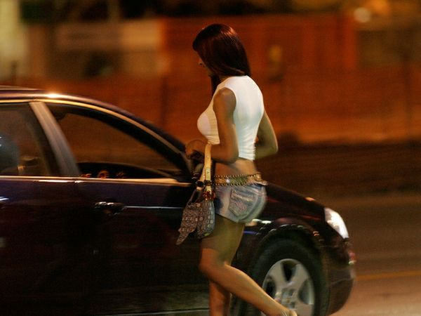 VIDEO: Storie di prostituzione. Il nostro inviato in giro per Napoli. Video. Prima puntata
