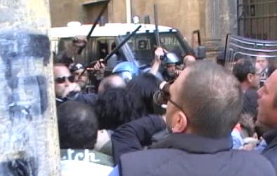 Comitati contro le discariche. Scontri con la polizia alla Provincia di Napoli