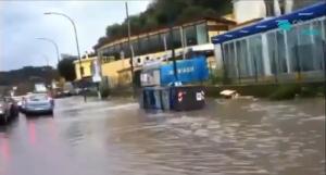 Video: piove e Napoli si allaga