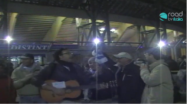"Napoli, Stadio San Paolo: i tifosi cantano ""Ohi vita Ohi vita mia"""