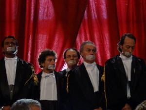 Live: Gli avvocati napoletani voltano le spalle al governo