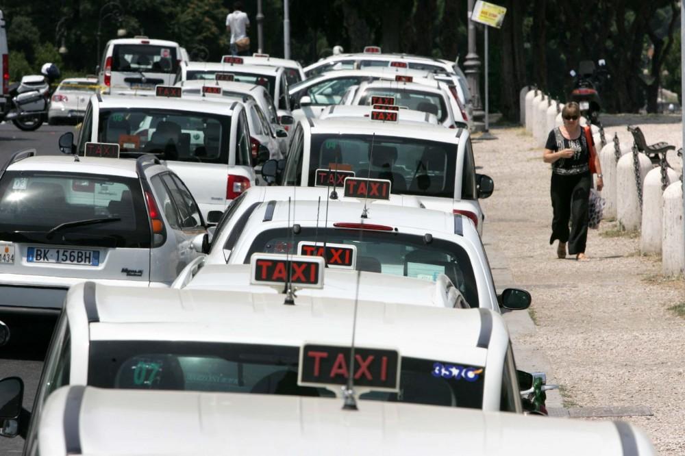 Taxi: scatta lo stop a Napoli, disagi per cittadini e turisti