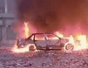 Auto incendiata dai fuochi di fine anno a Napoli mentre i vigili urbani guardano (VIDEO)