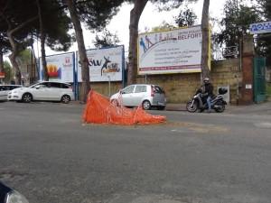 Napoli: Via Manzoni, buche al centro della strada e marciapiedi inutilizzabili