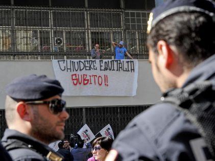 Assalto e scontri all'Equitalia di Napoli. Intervista esclusiva: la versione dei Precari Bros