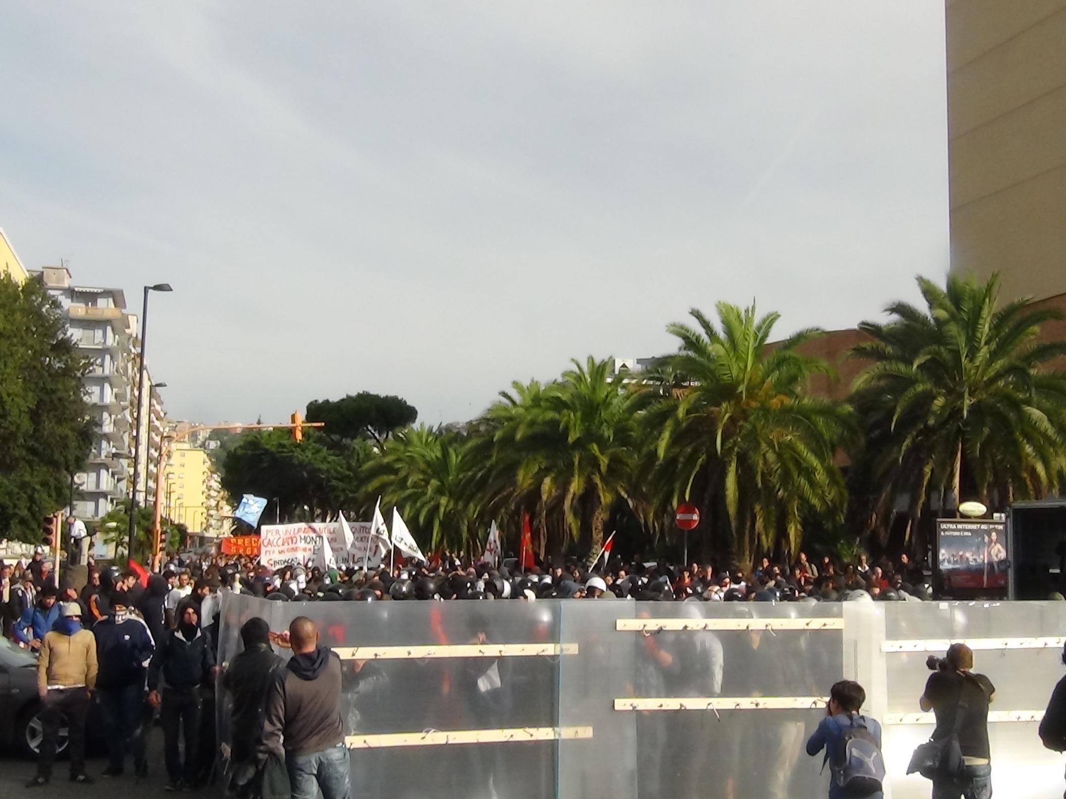 Immagini integrali della manifestazione anti-Fornero a Fuorigrotta, scontri e aggressione a vigili urbani