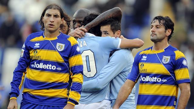 Lazio-Parma 2-1: gli uomini di Petkovic non mollano e rincorrono l'Inter per il terzo posto.