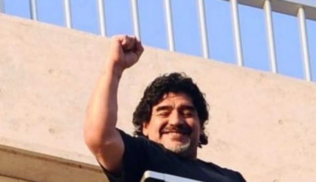 Maradona ritorna a Napoli, si affaccia al balcone dell'hotel ed inizia a ballare e cantare con i tifosi