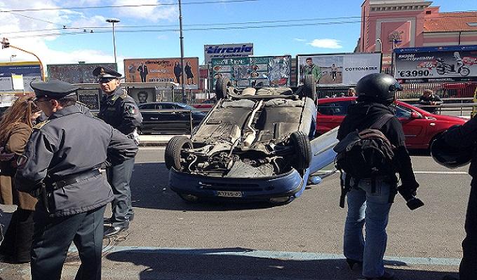 Napoli, incidente a via Marina davanti la sede dell'Università Federico II. Auto ribaltata e due giovani feriti