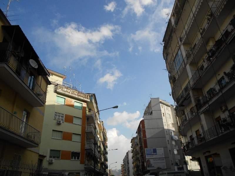 Napoli, Via Diocleziano Fogna a cielo aperto, i residenti bloccano la strada