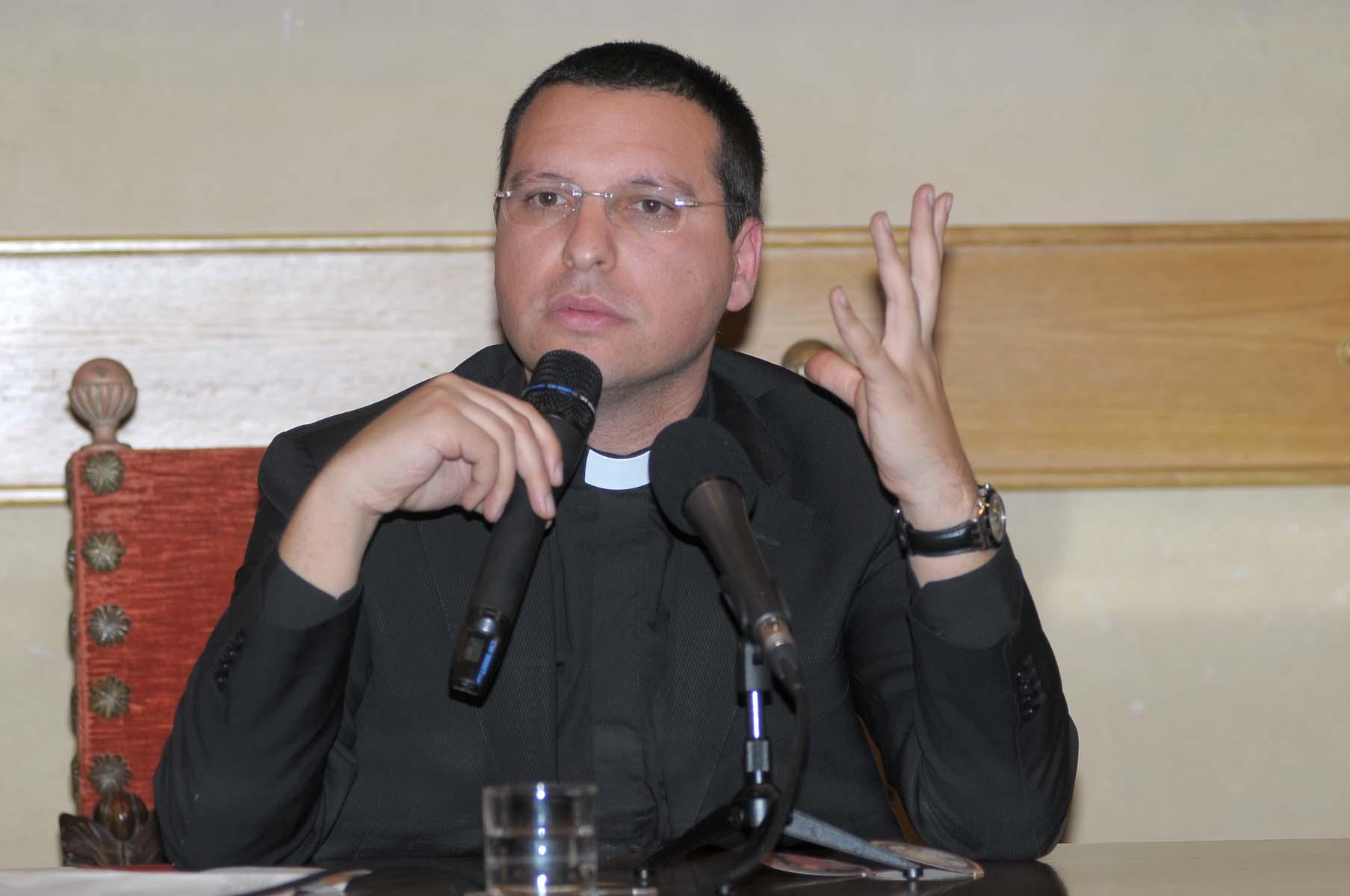 Don Merola show: dalla politica all'intrattenimento, tutte le dichiarazioni al vetriolo dell'ex parroco di Forcella