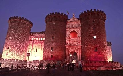 Napoli contro l'omofobia, il Maschio Angioino si illumina di rosa