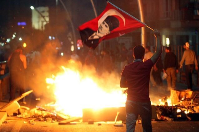 Turchia - nuovi scontri nella notte e ventiquattro arresti a Smirne