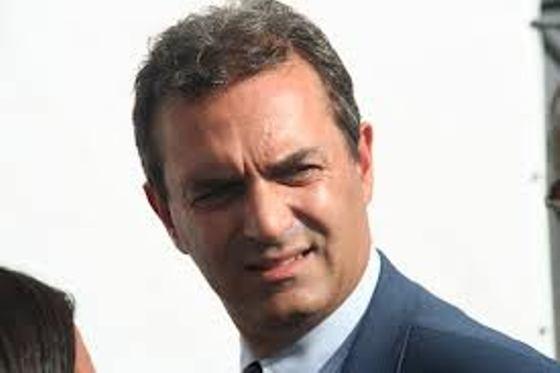 """De Magistris, twitter e la """"macchina del fango"""". L'amarezza del sindaco per le inchieste della Procura si sfoga sui social network"""