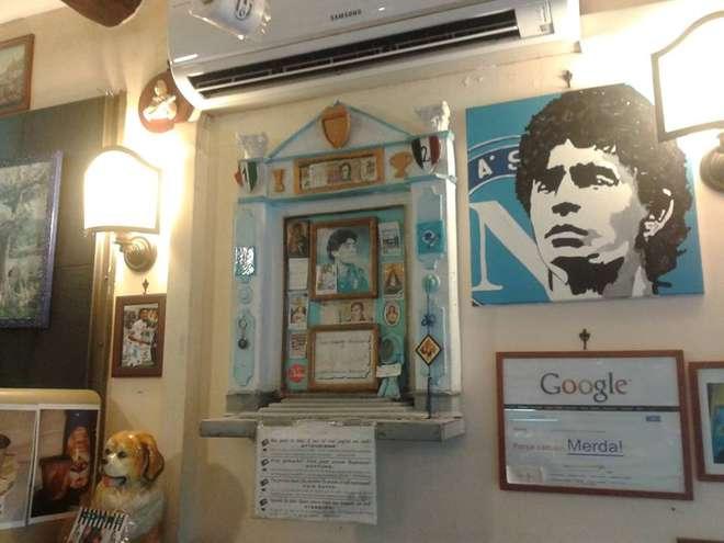 """Attentato al capello di Maradona: la storica """"reliquia"""" trasferita all'interno del bar Nilo"""