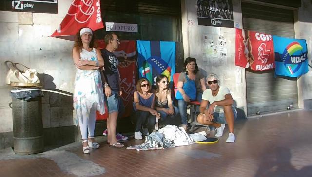 Prosegue lo sciopero dei dipendenti del centro scommesse Izypaly a Fuorigrotta (VIDEO)