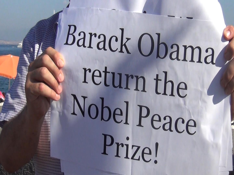 Barack Obama restituisca il Nobel: così i manifestanti napoletani contro la guerra in Siria (VIDEO)
