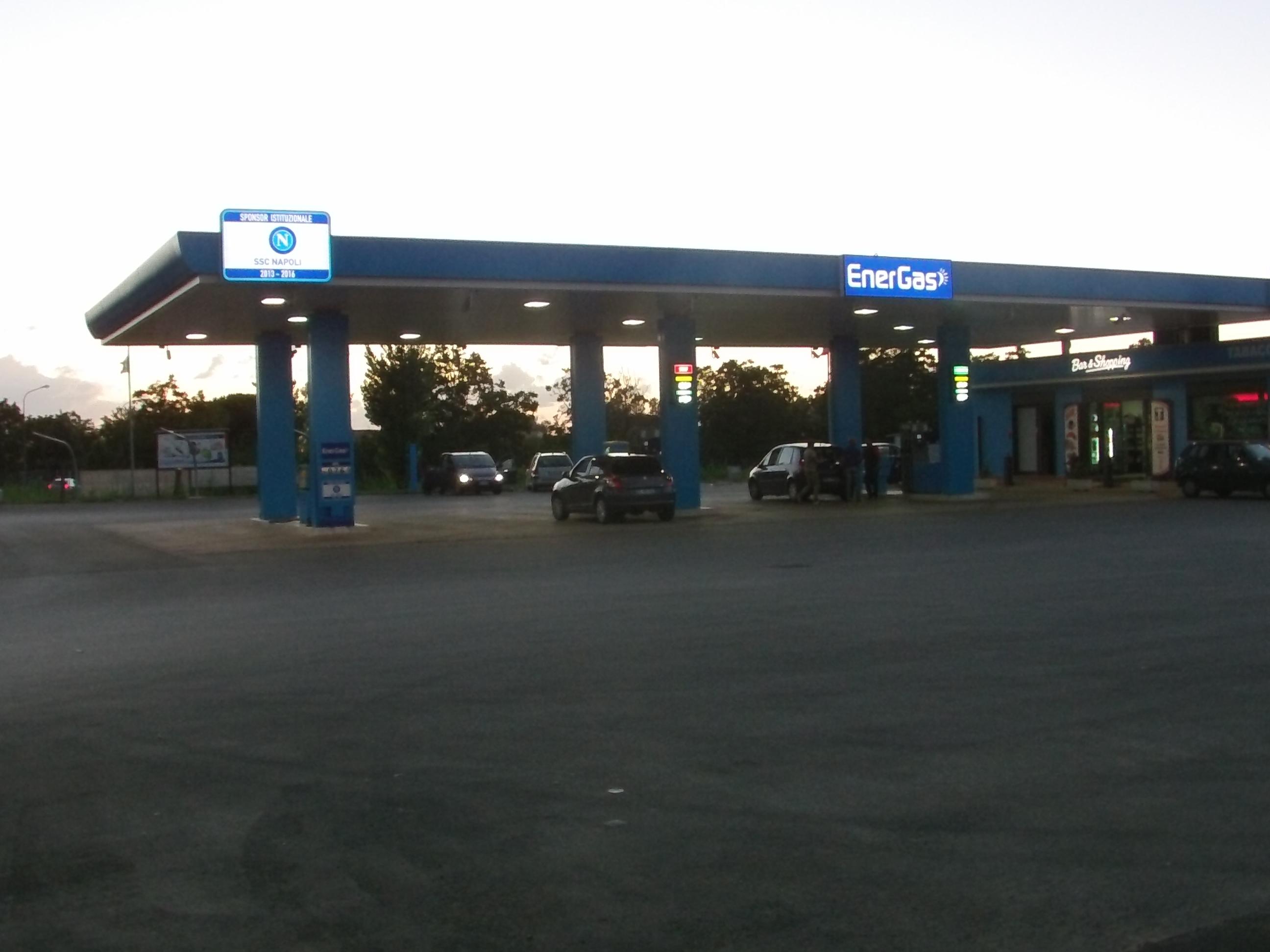 Distributore di carburante marchiato SSC Napoli (VIDEO)