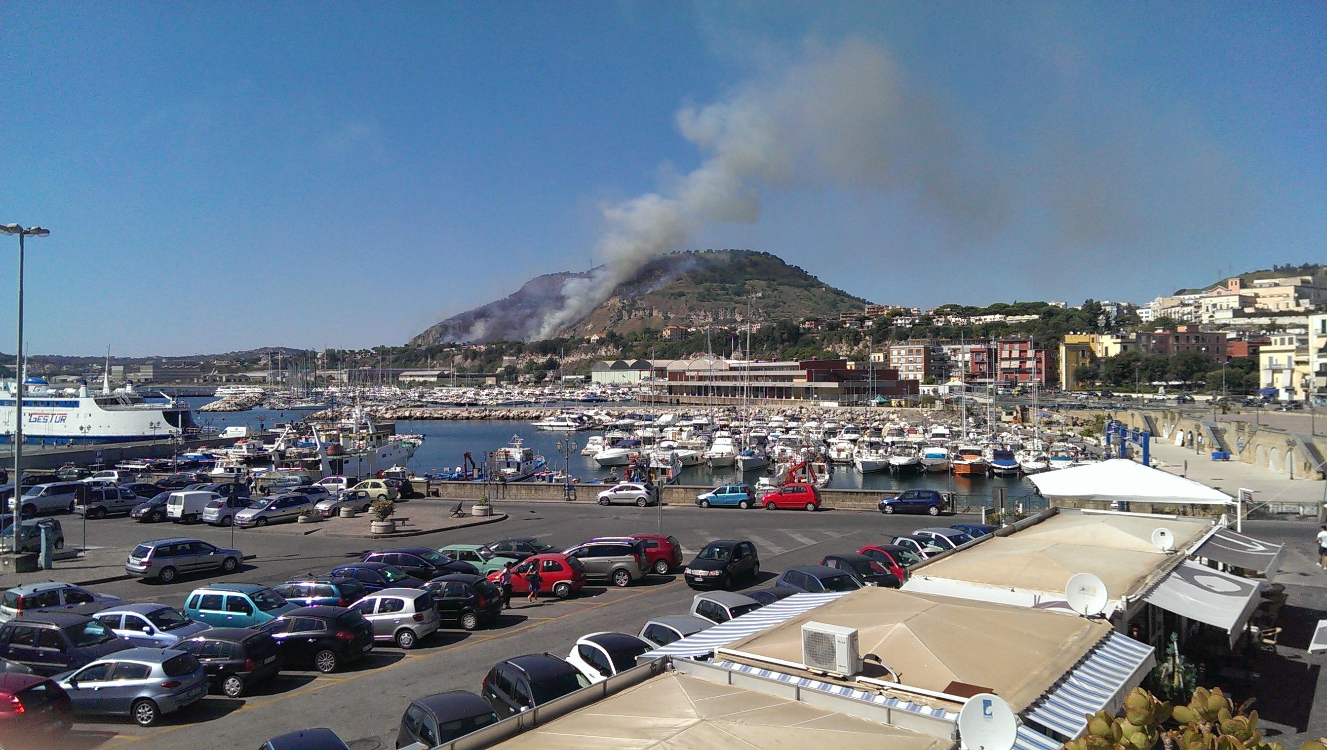 Le colline di Pozzuoli in fiamme, bloccata anche la tangenziale (FOTO - VIDEO)