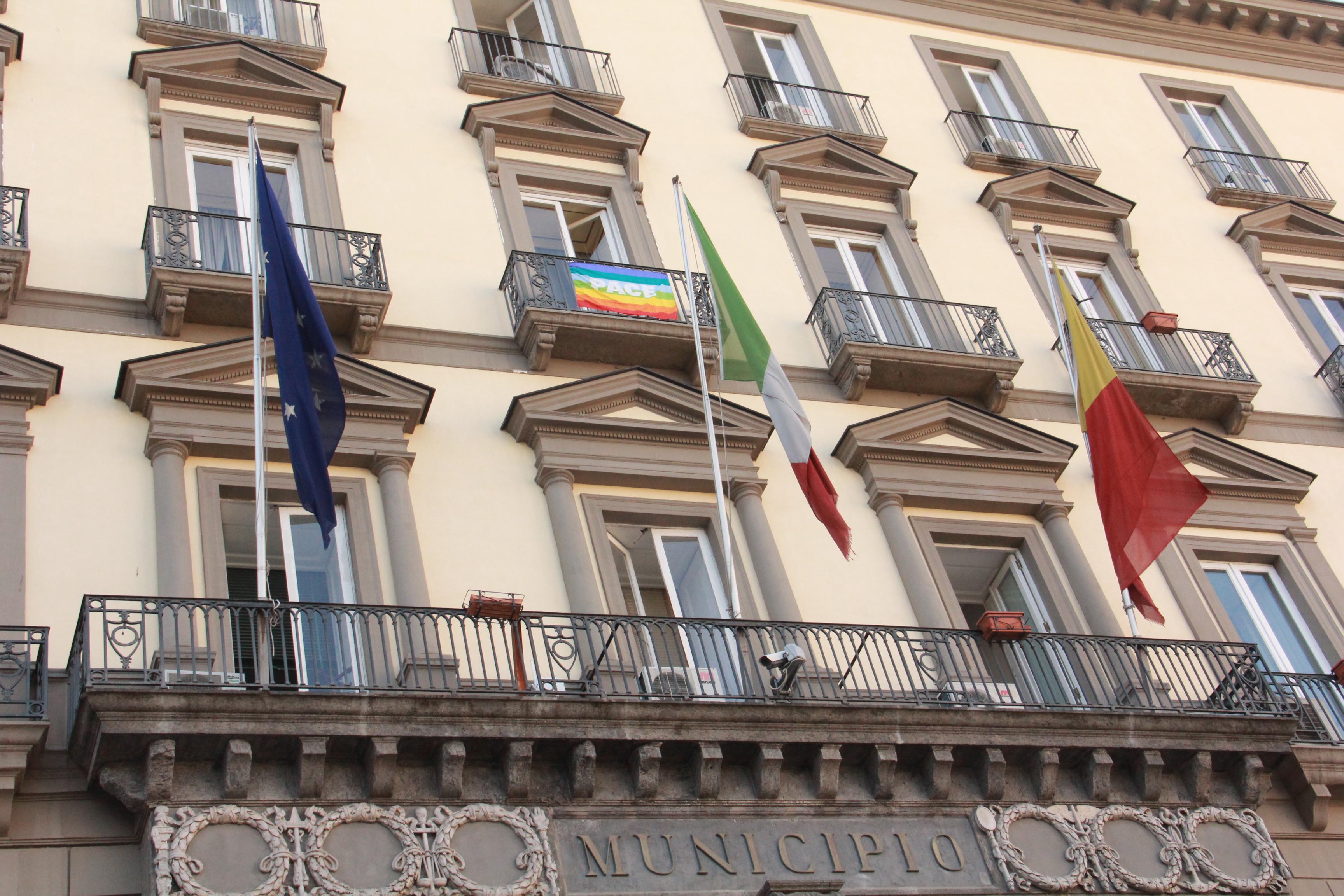 Napoli aderisce all'appello di Papa Francesco per la Siria: la bandiera della pace sventola da palazzo San Giacomo