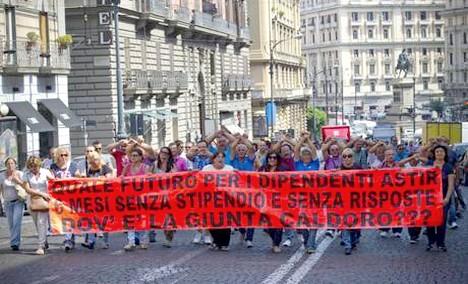 Corteo Astir, i manifestanti tentano l'assalto alle sedi Pdl e Pd