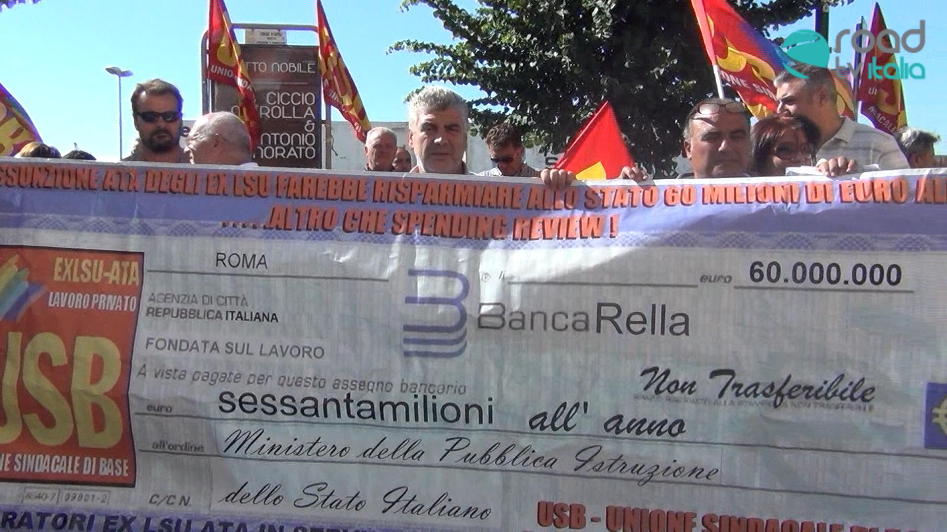 """Manifestazione lavoratori Ata Usb al Provveditorato: """"Vogliamo l'assunzione"""" (VIDEO)"""
