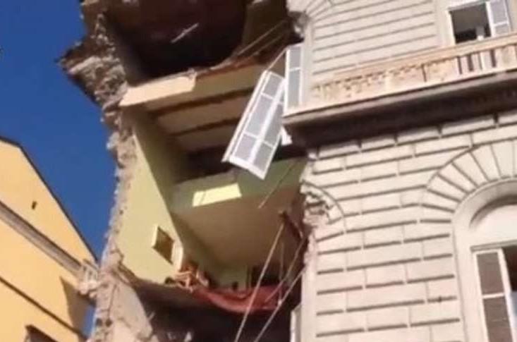 Crollo palazzo alla Riviera di Chiaia: inziati i controlli disposti dalla magistratura