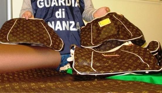 Napoli: fabbricavano prodotti contraffatti in via Toledo