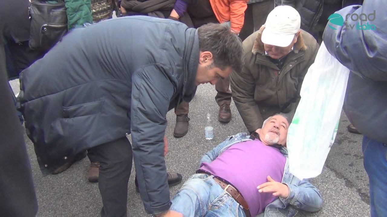 Caos in via Acton per protesta dei forestali. Scontri tra polizia e manifestanti, due arresti e un ferito (VIDEO)