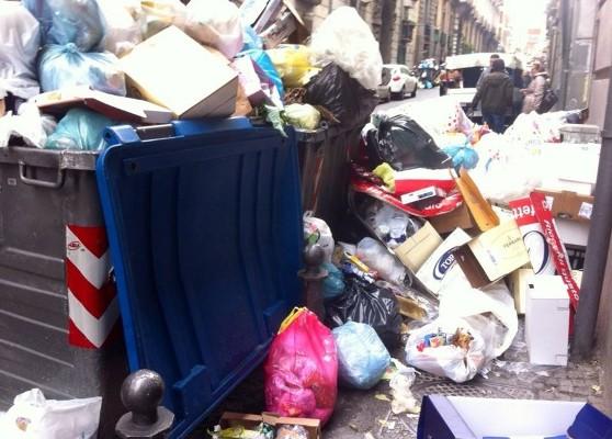 """Quartiere Arenella tra i rifiuti. La denuncia dei Verdi: """"è una vergogna"""""""