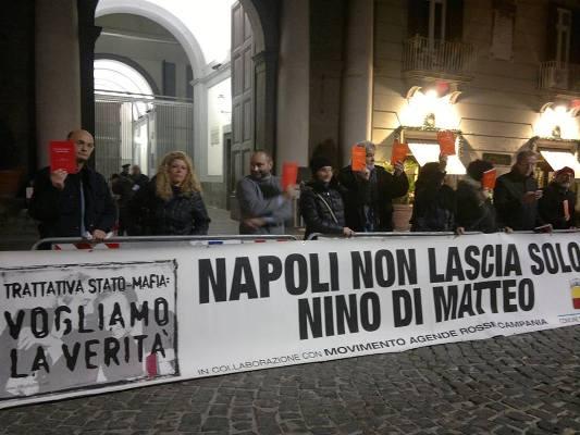 Napoli non lascia solo Nino Di Matteo. Sit in in corso