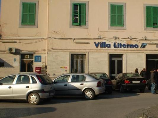 Crisi trasporti, pendolari bloccano stazione a Villa Literno