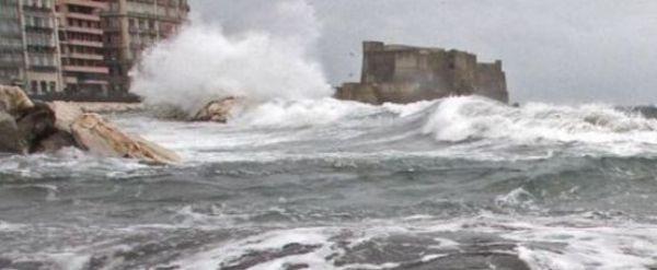 Continua l'allerta meteo, ma ripartono i traghetti da Napoli