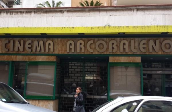 Chiude il cinema Arcobaleno, cittadini indignati. Appello anche da Servillo e Sorrentino