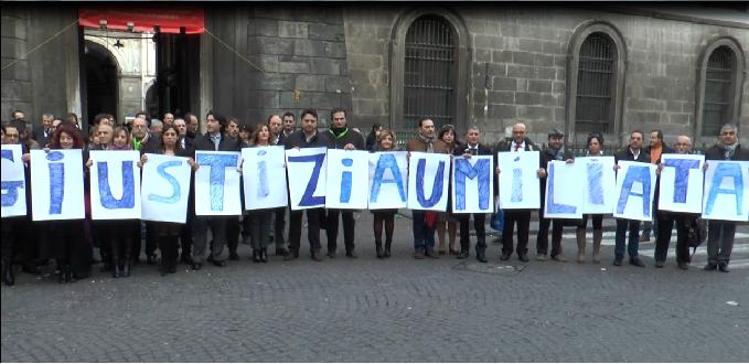 Protesta degli avvocati alla Conferenza Nazionale dell'Avvocatura a Napoli