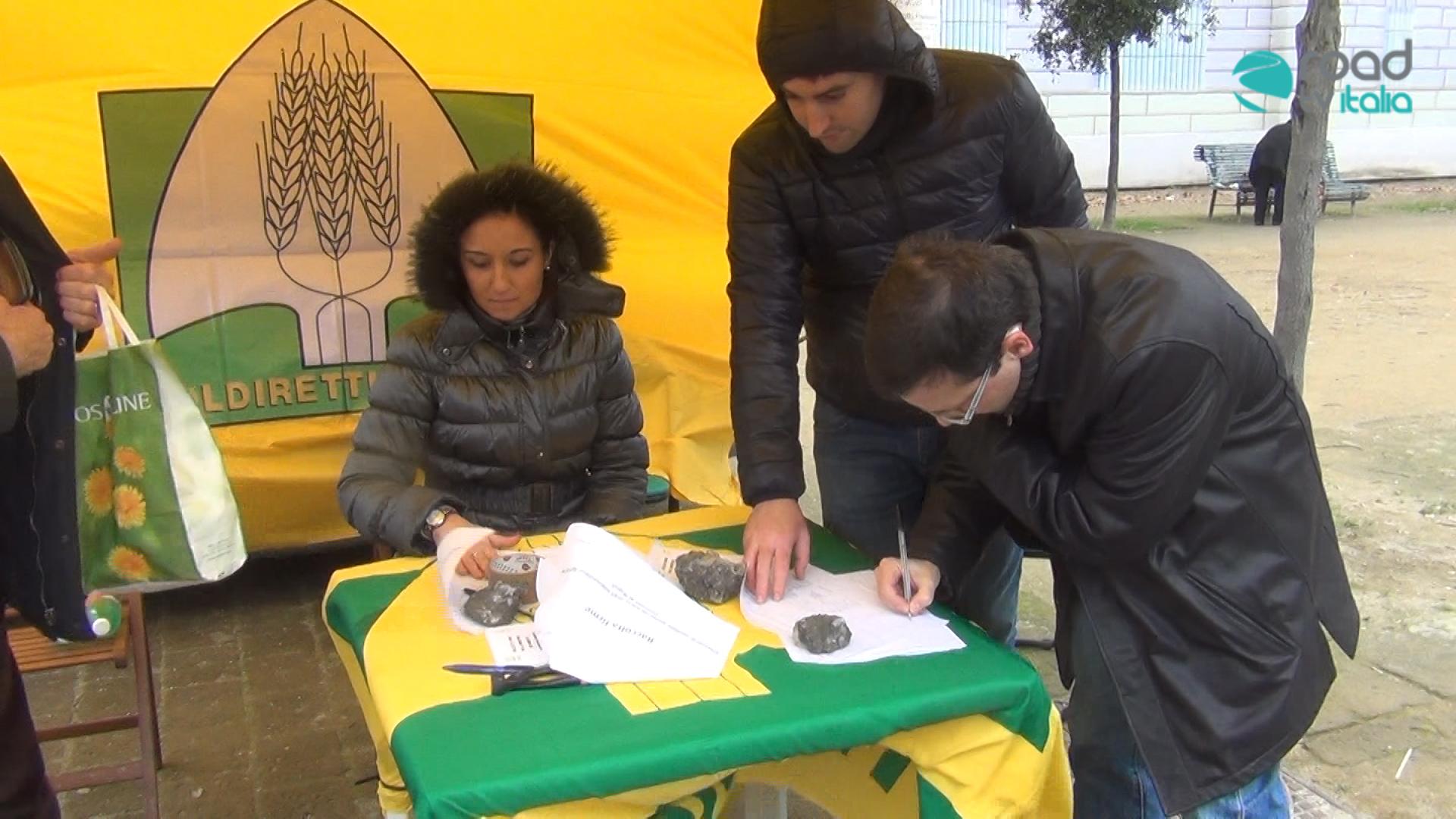 Tagli ai mercatini alimentari, la Coldiretti lancia una raccolta firme nelle piazze napoletane (VIDEO)