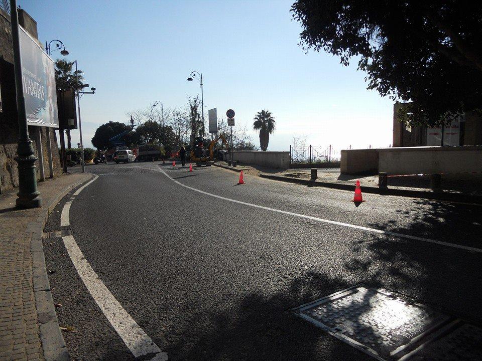 Parcheggi al posto degli alberi, abbattute 8 magnolie a via Tasso senza permessi. La denuncia del consigliere Peluso (FOTO PRIMA/DOPO)