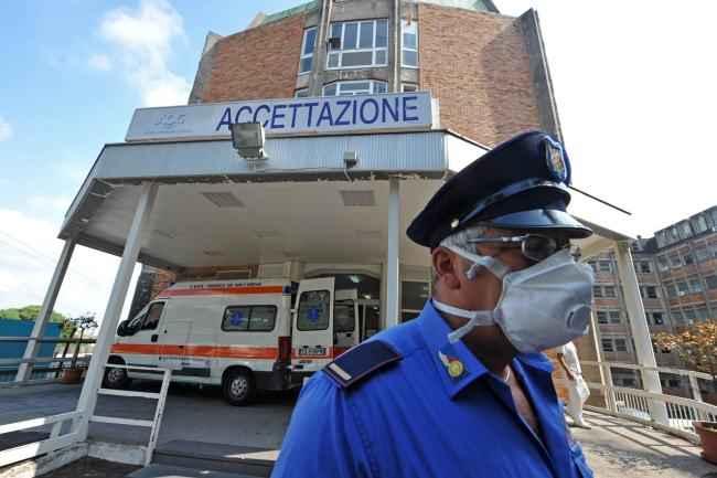 Coronavirus, esauriti i posti nella subintensiva dell'ospedale Cotugno
