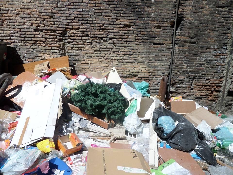 """La denucia dei """"Verdi"""" per i cumuli di spazzatura sulle Rampe Paggeria"""