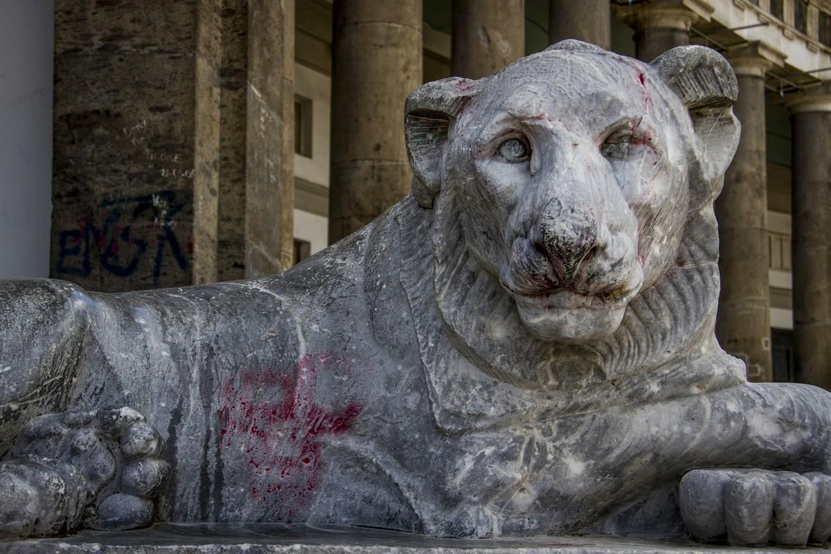 Napoli, monumenti nel degrado. Dal Plebiscito a Bellini è lotta ai vandali