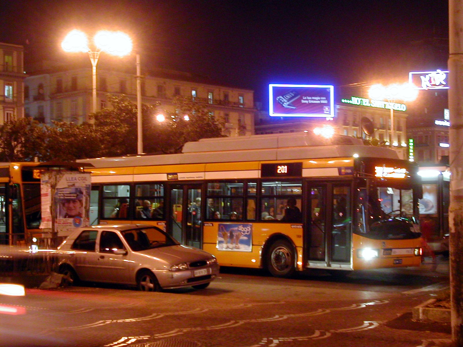 """Atti vandalici e sassaiole, bus nel mirino. La rivolta degli autisti: """"Basta corse notturne in periferia"""""""