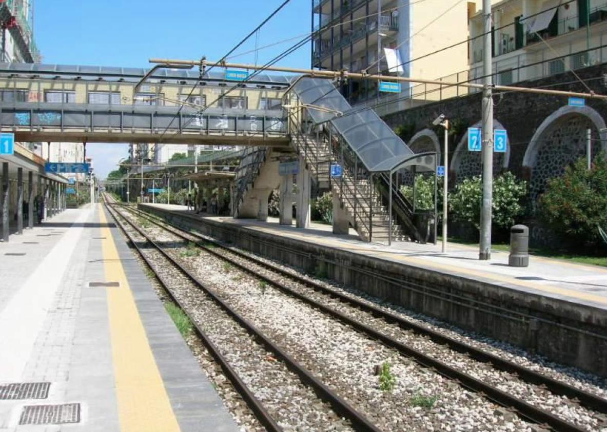 Sasso contro un treno, ferita una donna. Incubo in Circumvesuviana