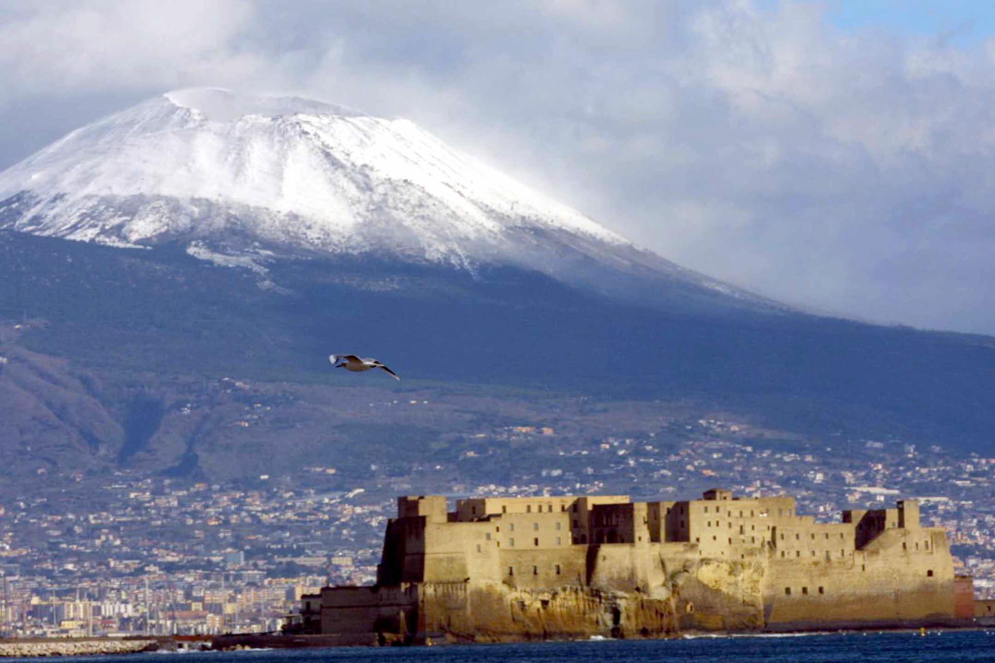 Vesuvio imbiancato: maltempo a Napoli fino a venerdì