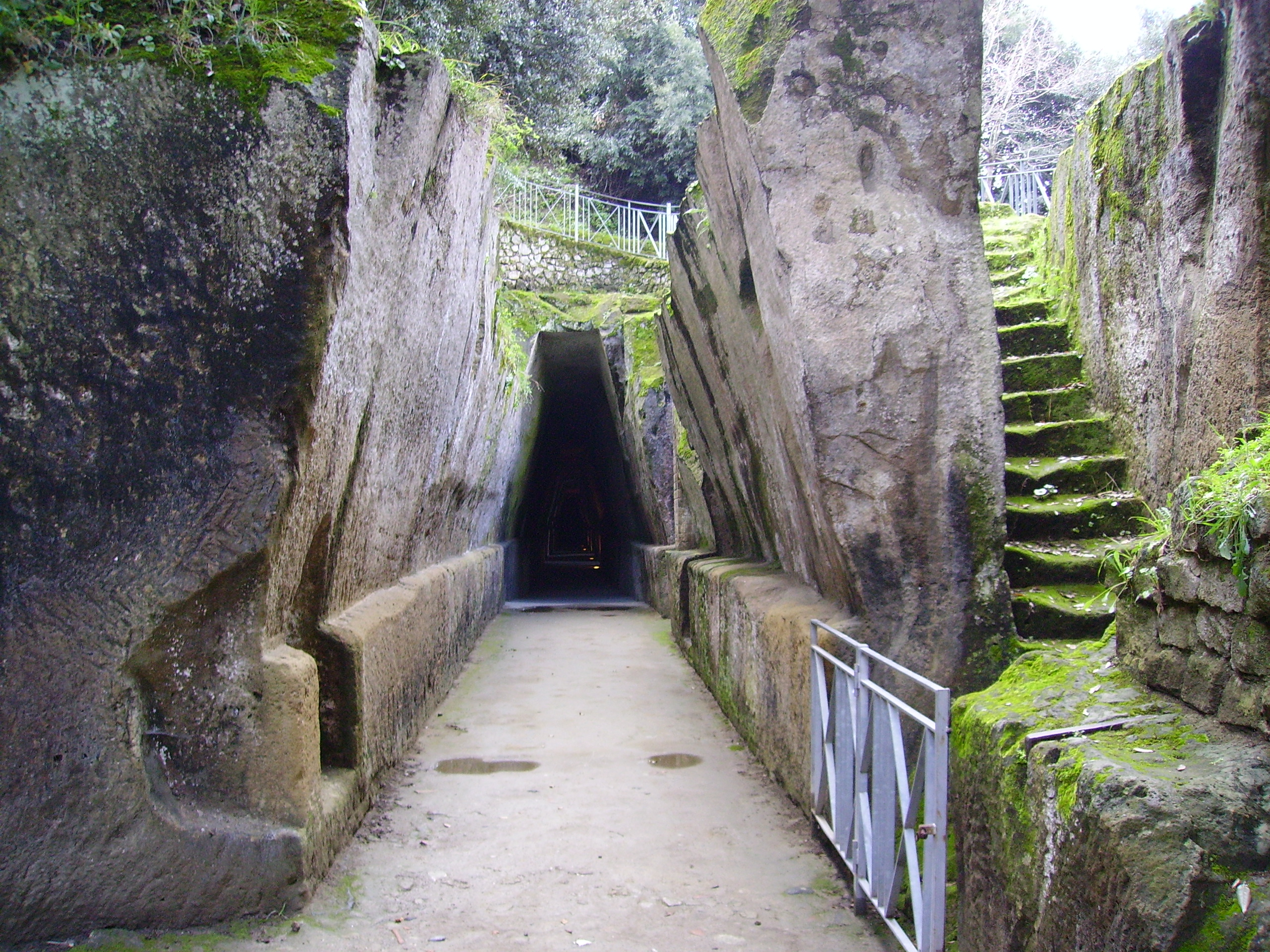 Antro della Sibilla, crolla un muro e il sito viene chiuso. La storia in Campania va in pezzi