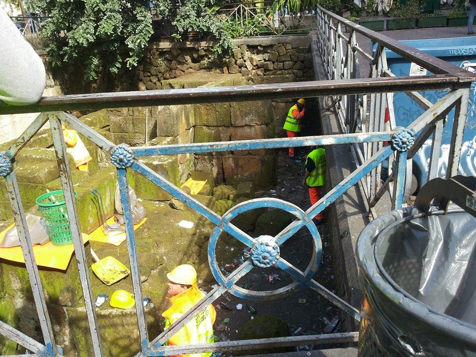 Piazza Bellini, operai al lavoro. Iniziata la pulizia delle mura greche