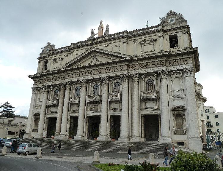 """""""Ci hanno licenziati!"""": si incatenano davanti alla Basilica di Capodimonte"""